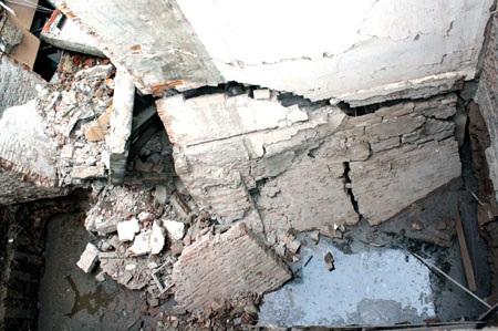 """Nhà 5 tầng giữa phố cổ """"bay"""" sang móng nhà bên cạnh - 2"""