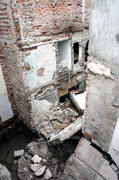 """Nhà 5 tầng giữa phố cổ """"bay"""" sang móng nhà bên cạnh - 1"""
