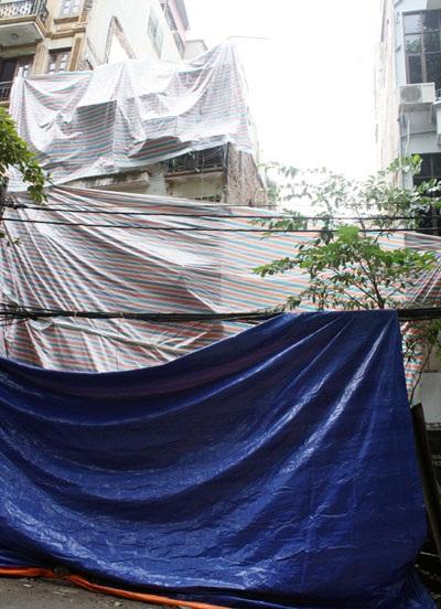"""Nhà 5 tầng giữa phố cổ """"bay"""" sang móng nhà bên cạnh - 3"""