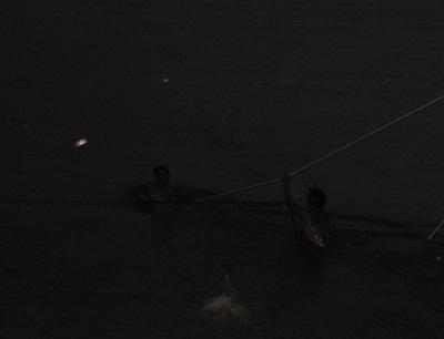 Tiếp cận nhóm thợ lặn trục vớt thi thể nạn nhân vụ chìm xe khách  - 10