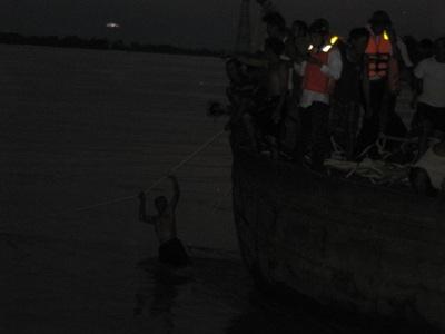 Tiếp cận nhóm thợ lặn trục vớt thi thể nạn nhân vụ chìm xe khách  - 9