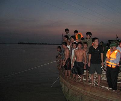 Tiếp cận nhóm thợ lặn trục vớt thi thể nạn nhân vụ chìm xe khách  - 7