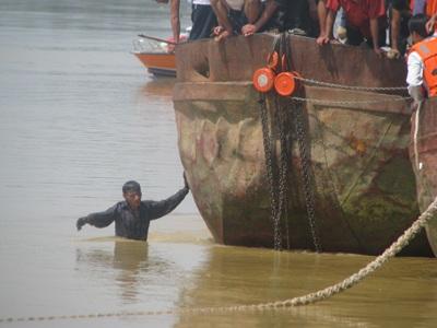 Tiếp cận nhóm thợ lặn trục vớt thi thể nạn nhân vụ chìm xe khách  - 14