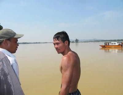 Tiếp cận nhóm thợ lặn trục vớt thi thể nạn nhân vụ chìm xe khách  - 12