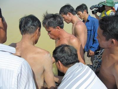 Tiếp cận nhóm thợ lặn trục vớt thi thể nạn nhân vụ chìm xe khách  - 11