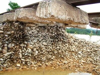Hà Tĩnh: Đường sắt tan tành sau lũ - 3