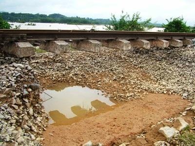 Hà Tĩnh: Đường sắt tan tành sau lũ - 2