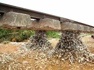 Hà Tĩnh: Đường sắt tan tành sau lũ - 1