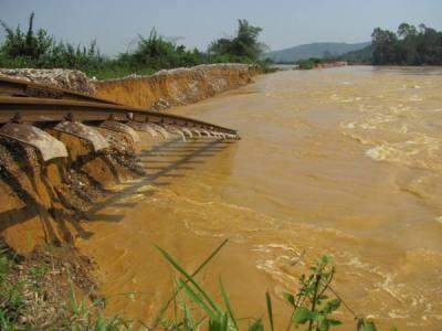 Hà Tĩnh: Đường sắt tan tành sau lũ - 9