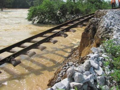 Hà Tĩnh: Đường sắt tan tành sau lũ - 10