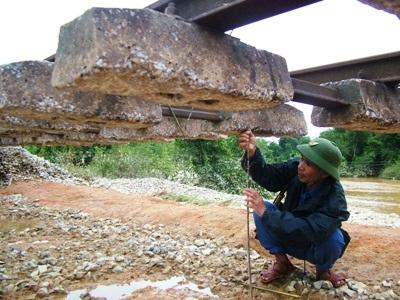 Hà Tĩnh: Đường sắt tan tành sau lũ - 6