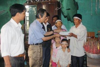 Bà con vùng lũ tiếp tục nhận quà cứu trợ từ doanh nghiệp  - 8