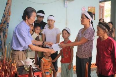 Bà con vùng lũ tiếp tục nhận quà cứu trợ từ doanh nghiệp  - 9