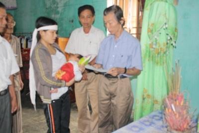 Bà con vùng lũ tiếp tục nhận quà cứu trợ từ doanh nghiệp  - 10