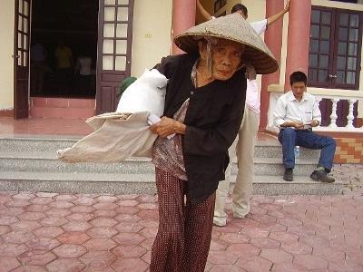 Bà con vùng lũ tiếp tục nhận quà cứu trợ từ doanh nghiệp  - 4