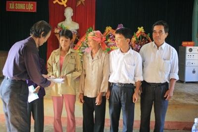 Bà con vùng lũ tiếp tục nhận quà cứu trợ từ doanh nghiệp  - 11