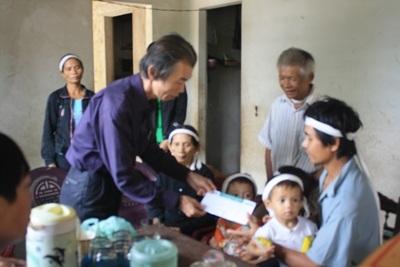Bà con vùng lũ tiếp tục nhận quà cứu trợ từ doanh nghiệp  - 7