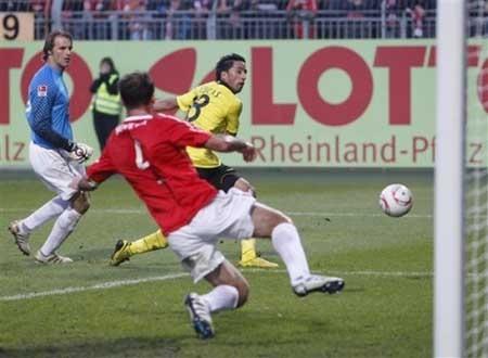 Dortmund đòi lại ngôi đầu bảng, Schalke lại thua đau - 3