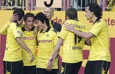 Dortmund đòi lại ngôi đầu bảng, Schalke lại thua đau - 1