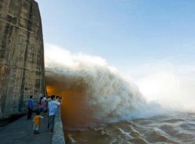 Ba hồ thủy điện đồng loạt xả lũ, Phú Yên đối mặt lũ lịch sử - 1
