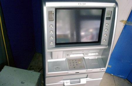 Liều lĩnh trộm tiền tại cây ATM giữa Hà Nội - 2