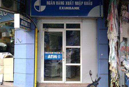 Liều lĩnh trộm tiền tại cây ATM giữa Hà Nội - 1