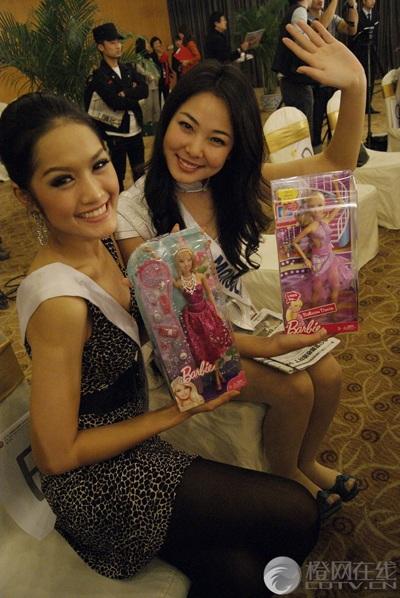 Người đẹp Hoa hậu Quốc tế được tặng búp bê - 4