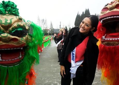 Người đẹp Hoa hậu Quốc tế được tặng búp bê - 10