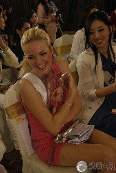 Người đẹp Hoa hậu Quốc tế được tặng búp bê - 6