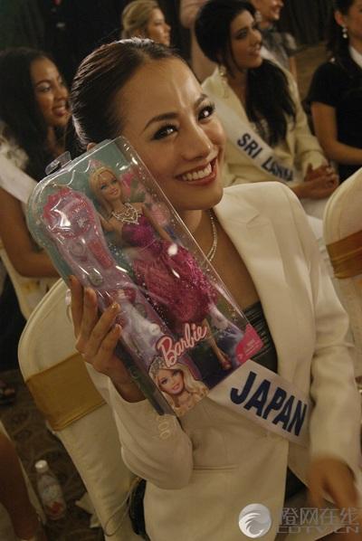 Người đẹp Hoa hậu Quốc tế được tặng búp bê - 7