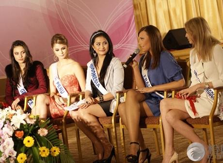 Người đẹp Hoa hậu Quốc tế được tặng búp bê - 2