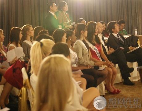 Người đẹp Hoa hậu Quốc tế được tặng búp bê - 3