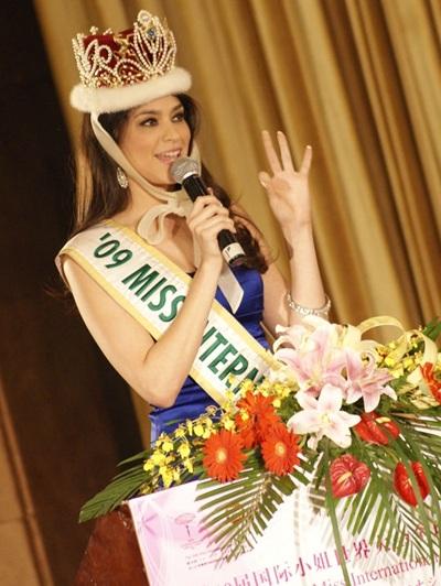 Người đẹp Hoa hậu Quốc tế được tặng búp bê - 1