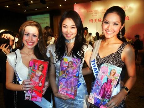 Người đẹp Hoa hậu Quốc tế được tặng búp bê - 9