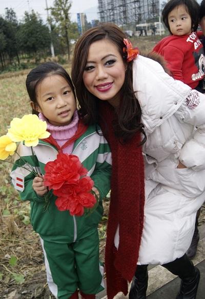 Người đẹp Hoa hậu Quốc tế được tặng búp bê - 13