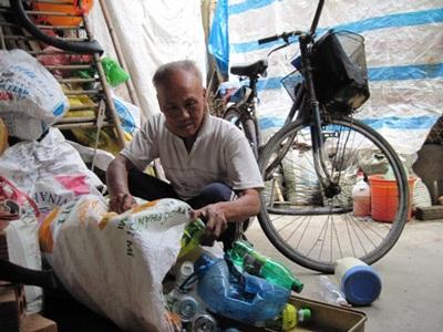 Cụ già lượm ve chai ủng hộ đồng bào miền Trung 10 triệu đồng - 1