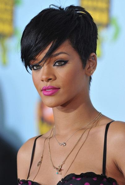 Choáng với những kiểu tóc liên tục thay đổi của Rihanna - 10