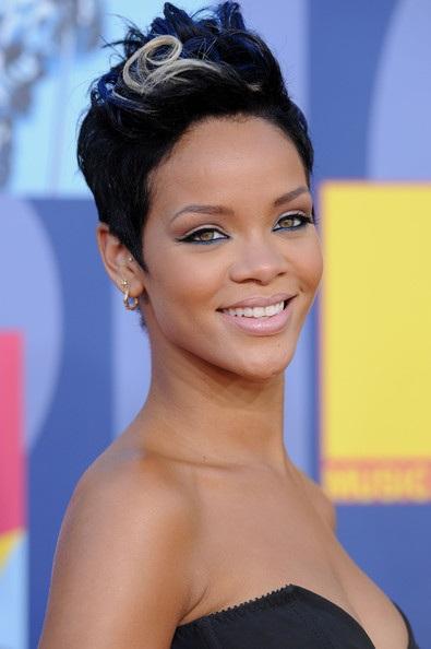 Choáng với những kiểu tóc liên tục thay đổi của Rihanna - 11