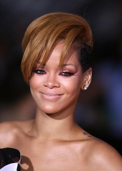Choáng với những kiểu tóc liên tục thay đổi của Rihanna - 14