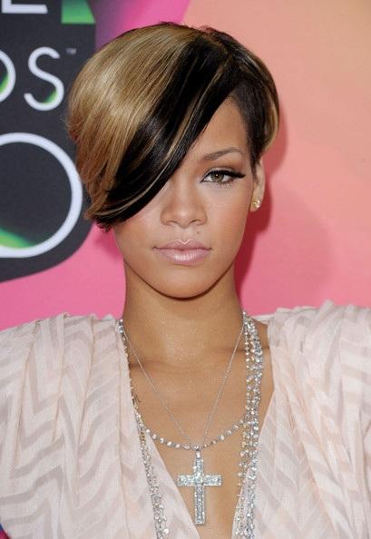 Choáng với những kiểu tóc liên tục thay đổi của Rihanna - 16