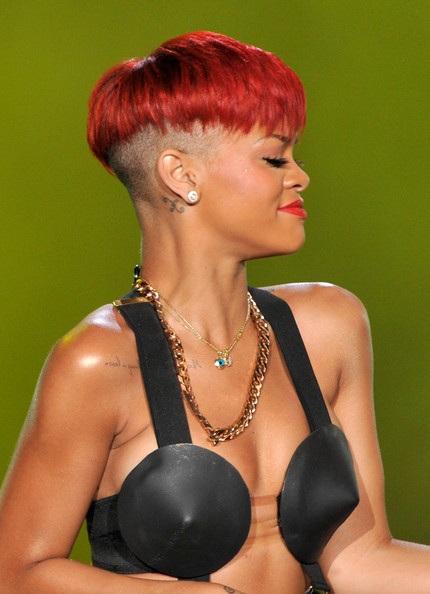 Choáng với những kiểu tóc liên tục thay đổi của Rihanna - 17