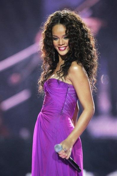 Choáng với những kiểu tóc liên tục thay đổi của Rihanna - 3
