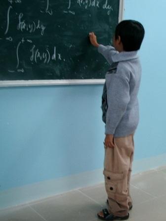 Khát vọng học tập của chàng sinh viên cao 1m, nặng 18 kg - 4