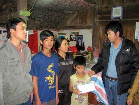 Quà nhân ái tiếp tục đến với 3 anh em mồ côi Trần Công Vũ - 1