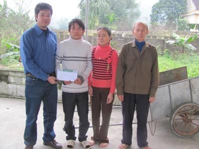 Bé Phương Trang nhận quà nhân ái - 1