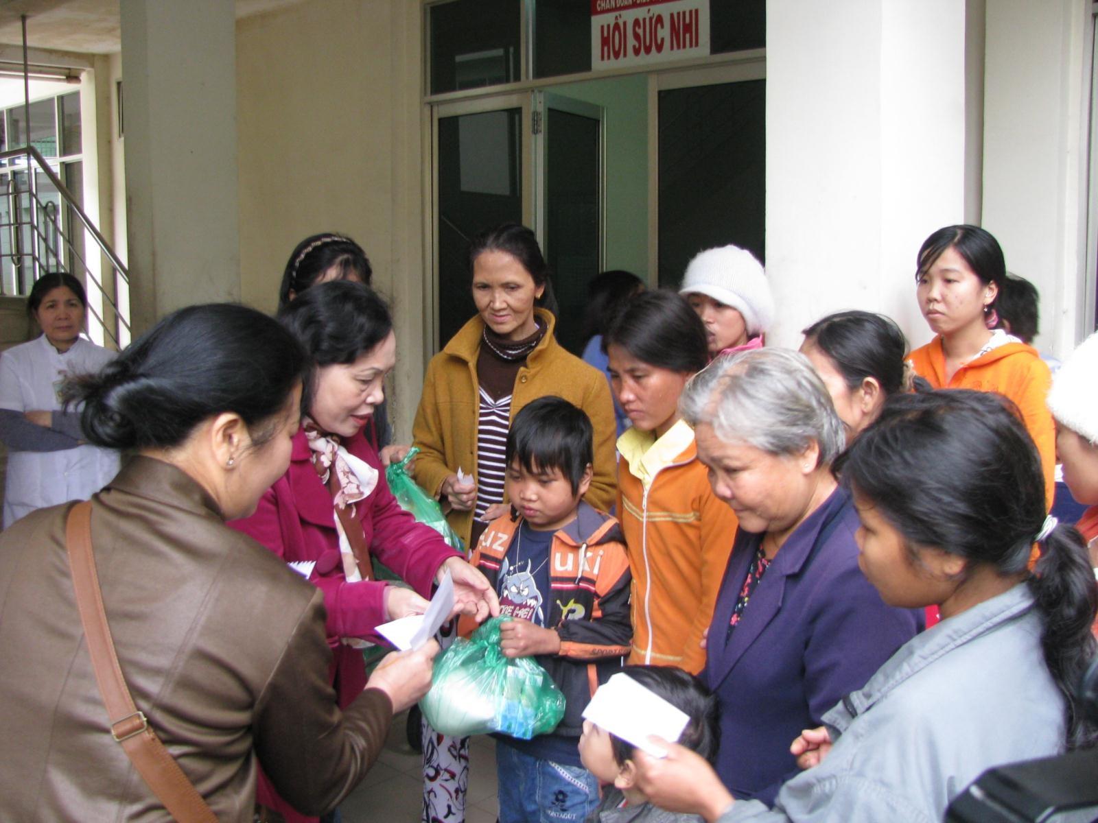 Hàng trăm suất quà Tết trao tay, chia sẻ với bệnh nhân nghèo - 1