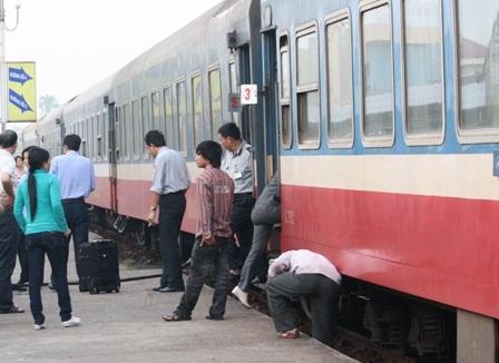 Hàng trăm hành khách không thể lên tàu vì vé không hợp lệ - 1