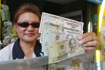 Người Việt ồ ạt sang Campuchia rút USD kiếm lời - 1