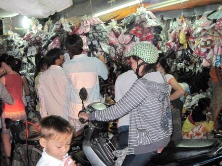 Chen chân đi chợ Tết ngoại thành - 1