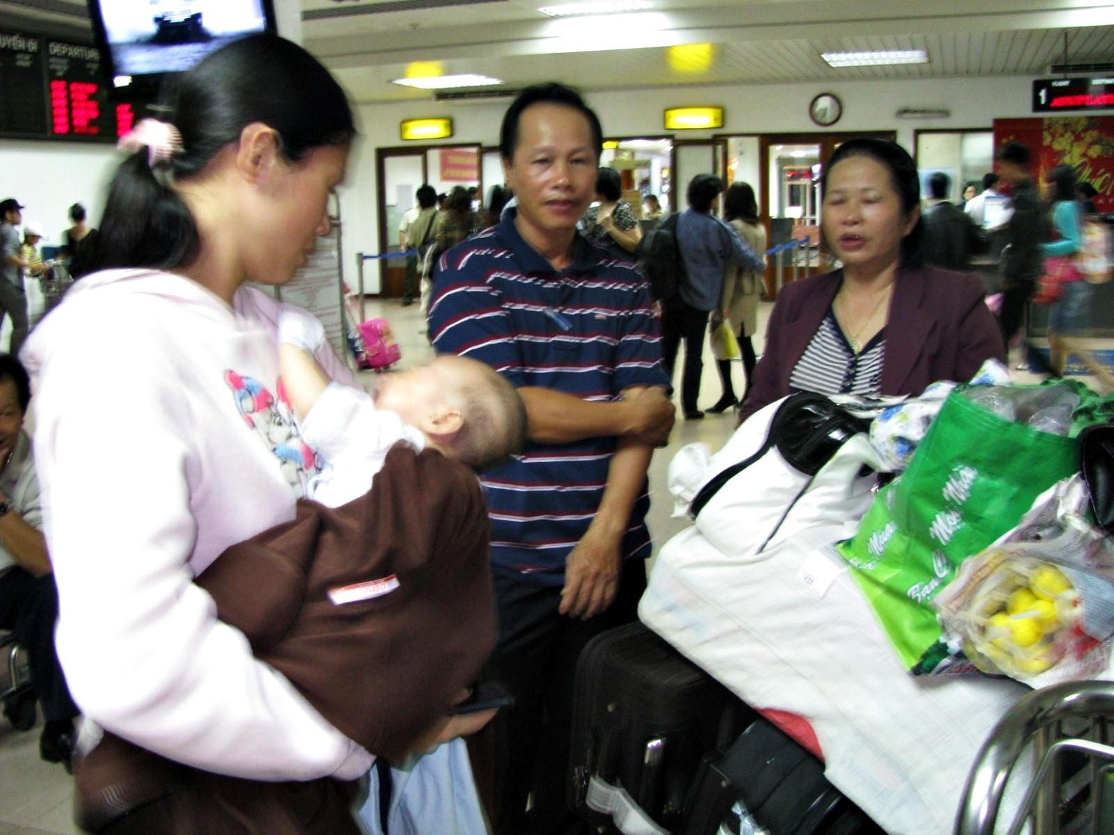 """Hành khách bức xúc vì Vietnam Airlines """"đem con bỏ chợ"""" - 3"""